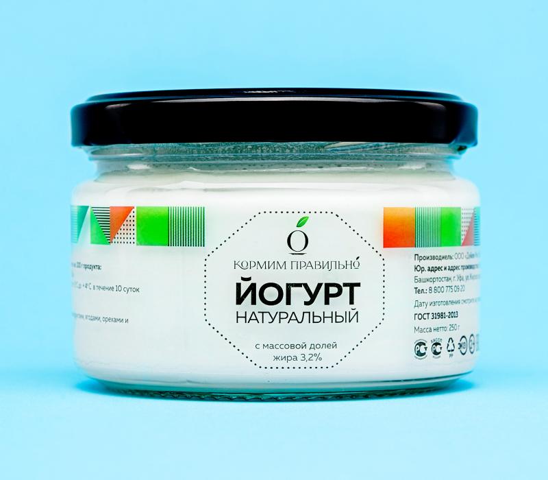Этикетка на суперпрозрачной пленке на стеклянной банке йогурта
